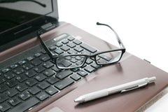 Laptop en glazen Stock Afbeelding