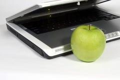 Laptop en groene appel Stock Afbeelding