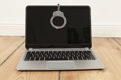 Laptop en handcuff Royalty-vrije Stock Fotografie