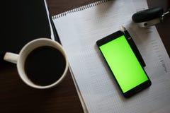 Laptop en hoofdtelefoonssmartphone met het groene scherm voor zeer belangrijke chrom Stock Afbeeldingen