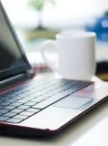 Laptop en koffie in bureau stock foto