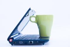 Laptop en koffie op bovenkant Stock Foto