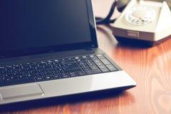 Laptop en retro telefoon Royalty-vrije Stock Fotografie