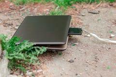 Laptop en smartphone tijdens lunch Het krachtige apparaat absorbeert verouderd gadget Abstractie royalty-vrije stock afbeelding