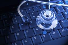 Laptop en stethoscoop Stock Afbeelding