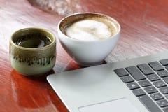 Laptop en thee Stock Afbeeldingen