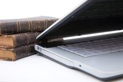 Laptop en wettelijke boeken royalty-vrije stock foto's