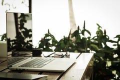 Laptop en zonnebril op lijst Royalty-vrije Stock Afbeeldingen