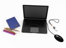 Laptop für Büro mit Briefpapier auf einem weißen Hintergrund Lizenzfreies Stockbild