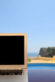 Laptop am Feiertag Lizenzfreie Stockbilder