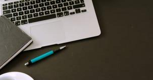 Laptop, flory, organizator, kawa i pióro na czarnym tle 4k, zbiory