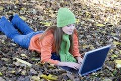 Laptop-Frau lizenzfreie stockfotografie