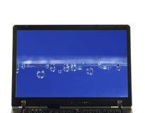 Laptop getrennt - Wasser auf Bildschirm stockfotos