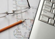 Laptop, Gläser und Bleistift auf Haus planen Lizenzfreies Stockfoto