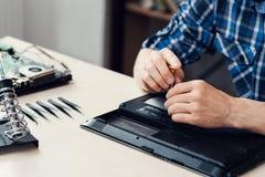 Laptop het demonteren in reparatiewerkplaats, close-up stock afbeeldingen
