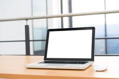 Laptop het lege scherm in de bibliotheek en het bureau Royalty-vrije Stock Foto's