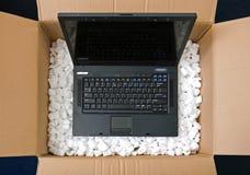 Laptop in het openen van pakketdoos Royalty-vrije Stock Afbeelding
