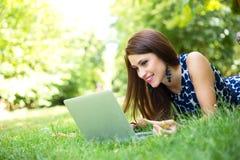 Laptop in het Park stock foto's