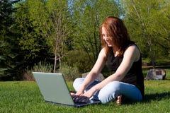 Laptop in het Park royalty-vrije stock afbeeldingen