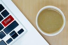 Laptop het toetsenbord met koffiedocument kop op houten bureau, gaat sleutel in Stock Afbeelding