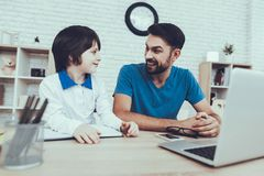 Laptop homework wychowanie Patrzeje Po dzieci obraz stock