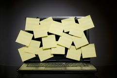 Laptop hoogtepunt van post-it Stock Foto