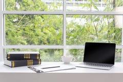 Laptop i kawa w salowym biurze Pusty laptopu ekran na whi zdjęcie royalty free