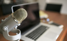 Laptop i mic drewniany stół zdjęcia royalty free