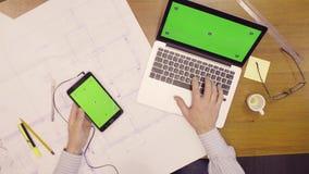 Laptop i pastylka z zieleń ekranem na stole zbiory wideo