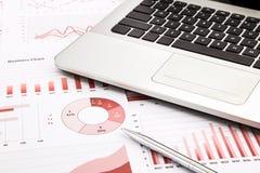 Laptop i pióro z czerwonymi biznesowymi mapami, wykresy, informacja i Obraz Royalty Free