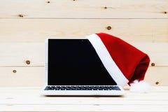 Laptop i Santa Slaus kapelusz Zdjęcia Royalty Free