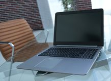 Laptop i smartphone na desktop biznesmen Obrazy Royalty Free