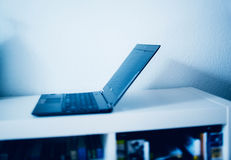 Laptop im modernen Innenraum Lizenzfreies Stockbild