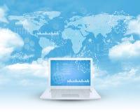 Laptop im Wolkenhimmel Lizenzfreie Stockbilder