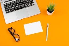 Laptop, installatie, blocnote en glazen royalty-vrije stock foto's