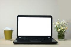Laptop ist auf einem Schreibtisch Lizenzfreies Stockbild