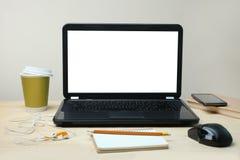 Laptop ist auf einem Schreibtisch Lizenzfreie Stockfotografie