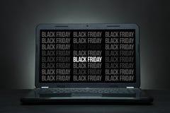 Laptop ist auf einem schwarzen Schreibtisch Stockfotografie