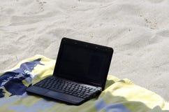 Laptop kłaść na ręczniku w plaży Zdjęcie Stock