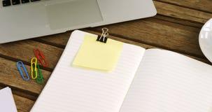 Laptop, Kaffee, Büroklammer, Organisator und klebrige Anmerkung über Tabelle 4k stock video