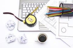 Laptop, Kaffee und Bleistifte Lizenzfreie Stockfotografie