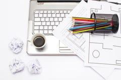 Laptop, Kaffee und Bleistifte Stockbilder