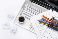 Laptop, Kaffee und Bleistifte Stockfotografie