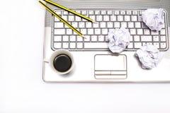 Laptop, Kaffee und Bleistifte Stockbild