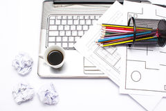Laptop, Kaffee und Bleistifte Lizenzfreies Stockbild