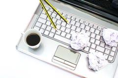 Laptop, Kaffee und Bleistifte Lizenzfreie Stockfotos
