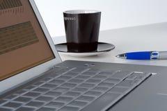 Laptop, Kaffee und Feder Stockfotos