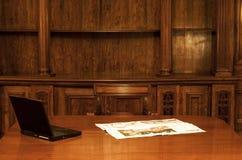 Laptop in klassieke ruimte Royalty-vrije Stock Afbeeldingen