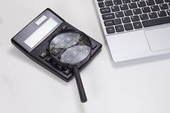 Laptop klawiatura, powiększający - szkło i kalkulator obraz royalty free