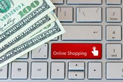 Laptop klawiatura z dolarowymi banknotami i czerwonym guzikiem - Online zakupy zdjęcie royalty free